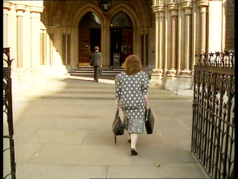 vídeos de stock e filmes b-roll de mixed race baby ruling; england: london: high courts: white foster mother arrives at court weiner i/c - acolhimento familiar