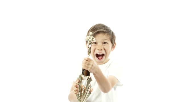 vídeos y material grabado en eventos de stock de un chico de carreras mixto celebra con su trofeo en cámara lenta. - primer puesto