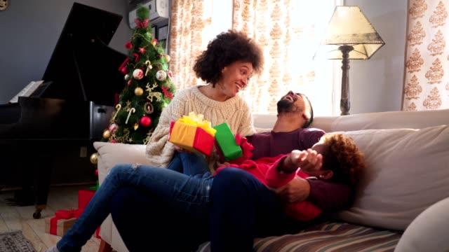 vídeos y material grabado en eventos de stock de familia de raza mixta disfrutar del tiempo de navidad - biparental