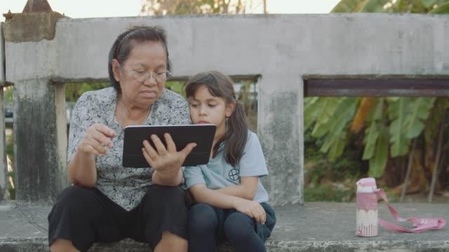 アジアの祖母との混合レース孫娘 - 祖母点の映像素材/bロール