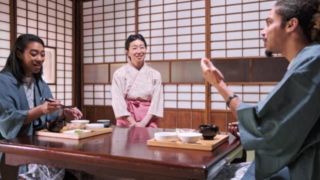 stockvideo's en b-roll-footage met mixed race gasten en japanse server op tokyo ryokan - ryokan