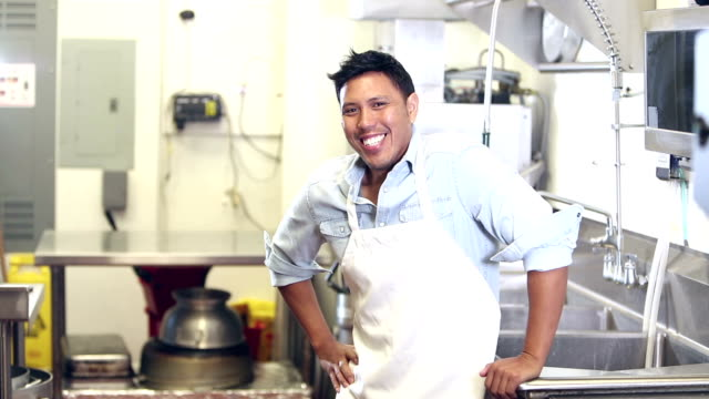 stockvideo's en b-roll-footage met gemengde rasmens die in restaurant werkt, verlegen - filipijnse etniciteit
