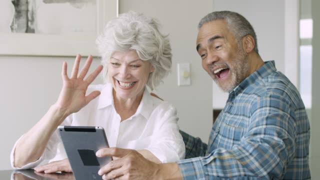 stockvideo's en b-roll-footage met gemengd ras hoger paar samen - woongemeenschap ouderen