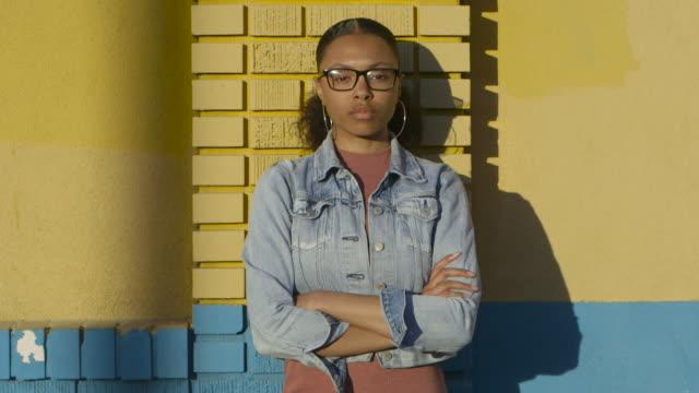 vídeos de stock, filmes e b-roll de mixed race teen portrait - jaqueta jeans