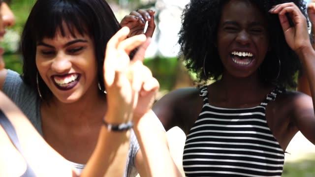 gemischten rassischen gruppe tanzen - picnic stock-videos und b-roll-filmmaterial