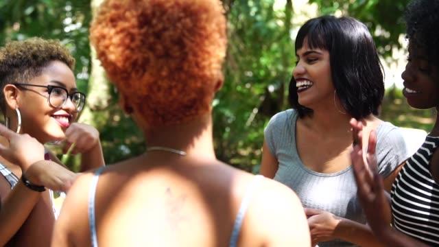 vídeos de stock, filmes e b-roll de grupo racial misto que dançar - festival tradicional