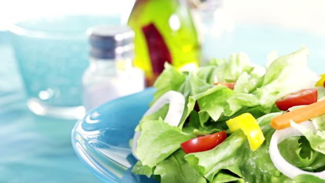 vidéos et rushes de salade composée - groupe moyen d'objets