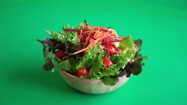 vidéos et rushes de mélange de salade de légumes - projection screen