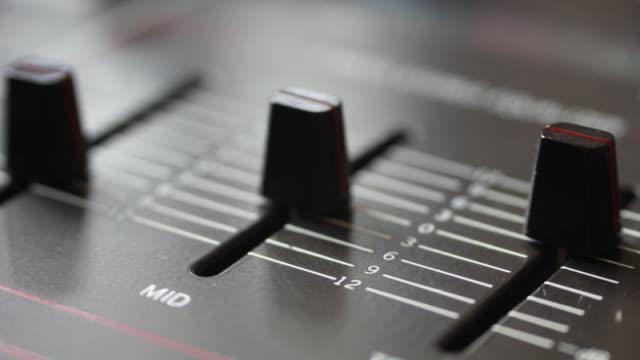 vidéos et rushes de table de mixage audio analogique - couches superposées