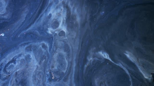 acrylfarben in flüssigkeit mischen. makro. - organisch stock-videos und b-roll-filmmaterial
