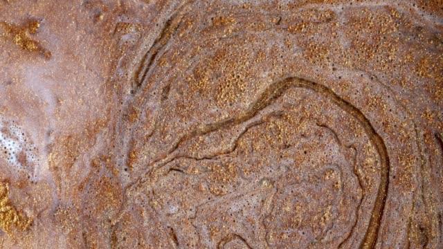 vídeos y material grabado en eventos de stock de mezcla de pinturas acrílicas en líquido. macro. - marmolizado
