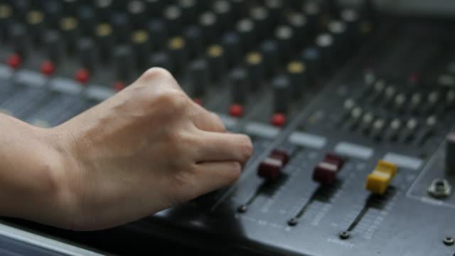 vídeos de stock, filmes e b-roll de placa de mistura e controles de música - pushing