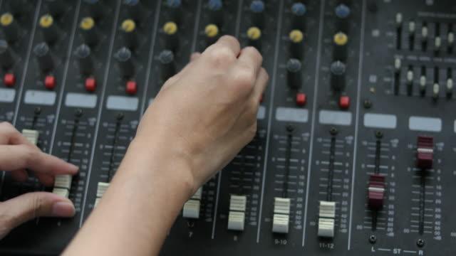 stockvideo's en b-roll-footage met bestuur en controle van de muziek mixen - stereo