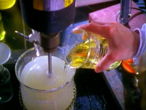 mixing chemicals - pallone di vetro video stock e b–roll