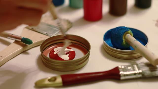 DIY: Mischen von Farben auf Handwerk Tisch