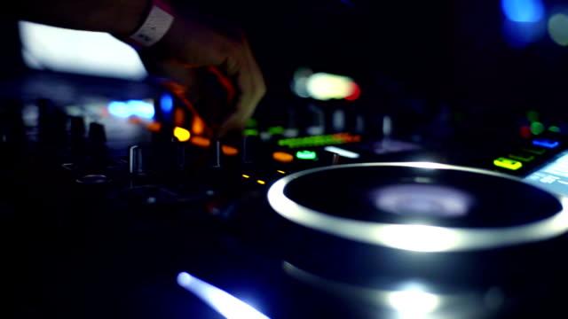 DJ mescolando musica in primo piano Club.