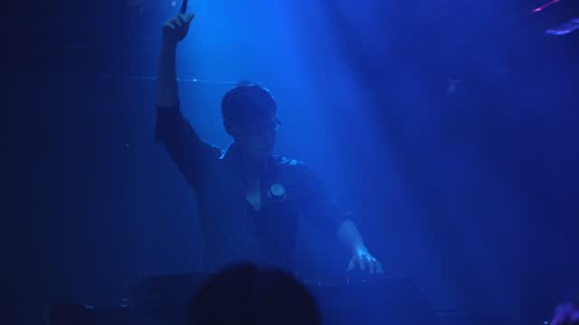 stockvideo's en b-roll-footage met dj die muziek bij club mengt - club dj