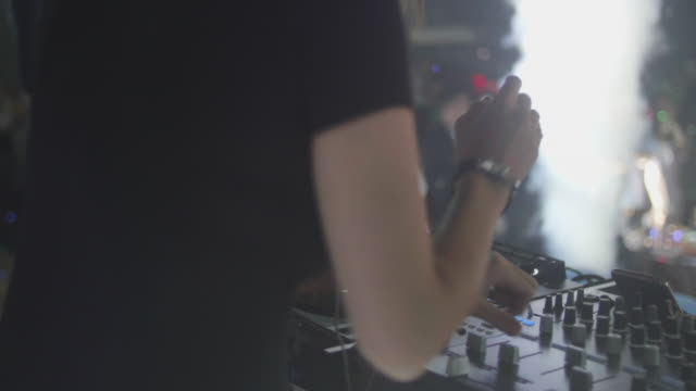 stockvideo's en b-roll-footage met dj mixing muziek in nightclub. - club dj