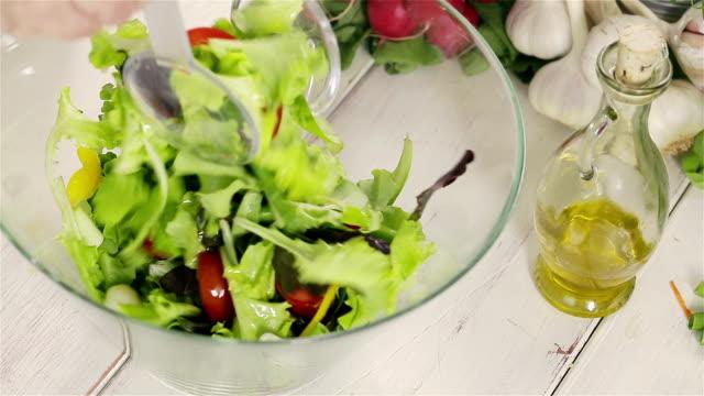 vidéos et rushes de mélanger la salade - groupe moyen d'objets