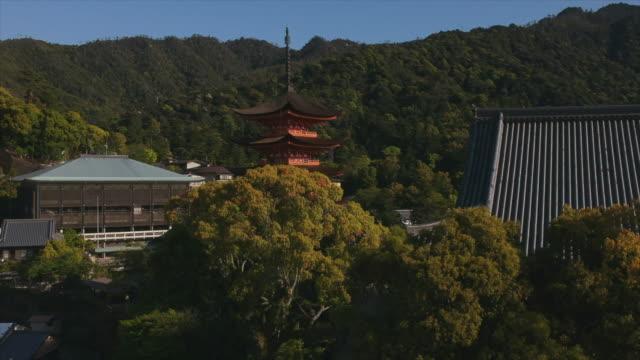 stockvideo's en b-roll-footage met miyajima's pagoda (hiroshima region japan) by drone - schrijn