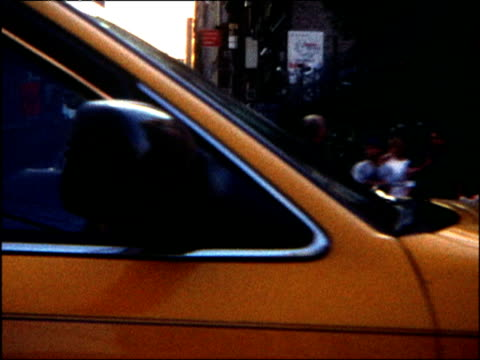 vidéos et rushes de 8 mm effect shot of yellow taxi travelling in city new york - yellow taxi