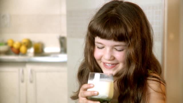 vídeos de stock, filmes e b-roll de mmm. leite - leite