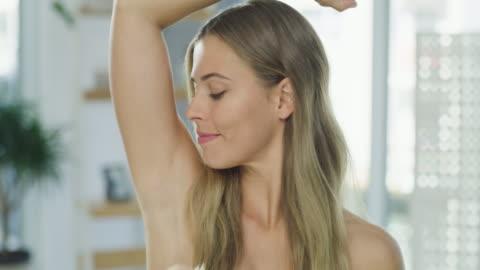 vídeos y material grabado en eventos de stock de mmm... amor que el olor - feminidad