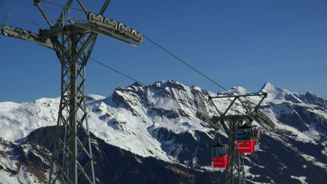stockvideo's en b-roll-footage met männlichen cable car, grindelwald, bernese oberland, canton of bern, switzerland - kabelwagen