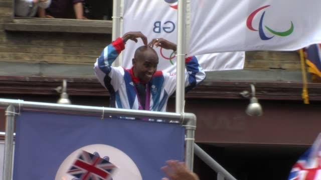 mo farah at 'our greatest team parade' london 2012 on september 10 2012 in london england - 2012年ロンドン夏季オリンピック点の映像素材/bロール