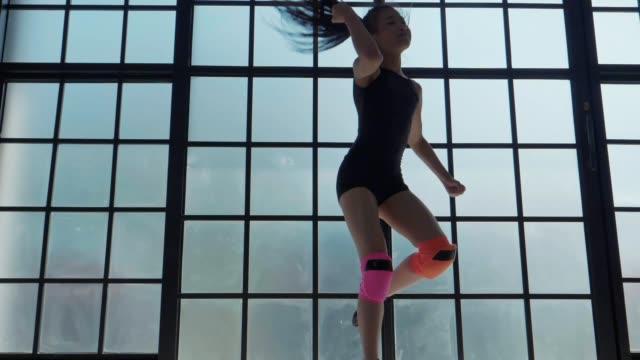 slo mo : ガールパワーダンス - モダンダンス点の映像素材/bロール