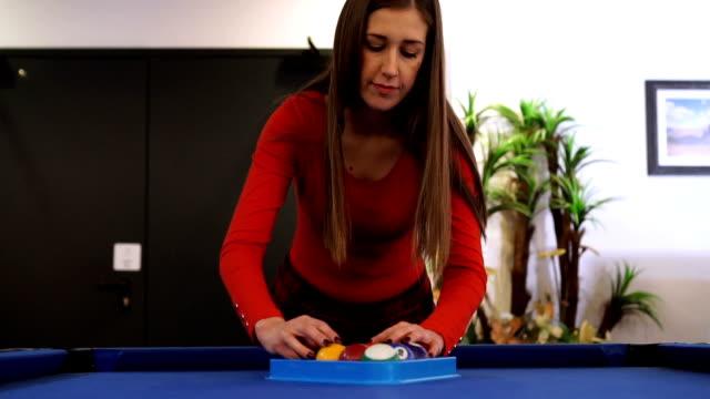 vídeos y material grabado en eventos de stock de mo lento - jóvenes establecer bola de billar para nuevo juego - salón de billares