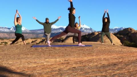 moab utah outdoor-yoga - menschengruppe stock-videos und b-roll-filmmaterial