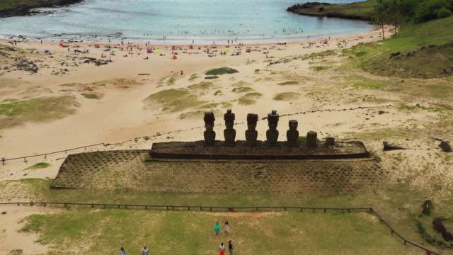 moai of the ahu nau nau (monolithic statues) in anakena beach / easter island, chile - maui stock videos & royalty-free footage