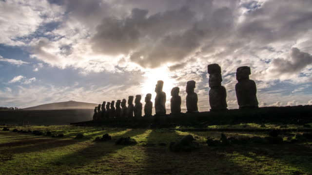 vidéos et rushes de moais at ahu tongariki during sunrise in easter island - civilisation ancienne