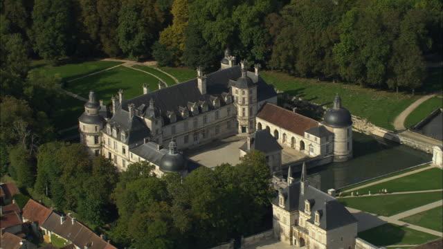 vídeos de stock e filmes b-roll de aerial ws moat surrounding chateau de tanlay / tanlay, france - estilo do século 16