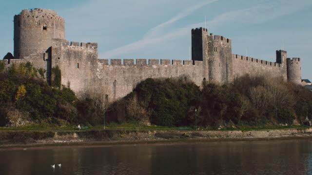 ws moat surrounding pembroke castle / pembroke, wales, united kingdom - 堀点の映像素材/bロール