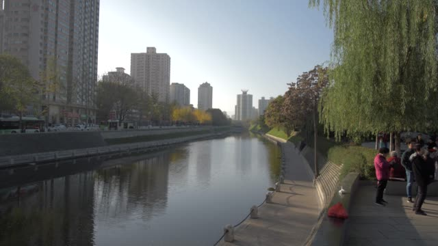 moat (river) surrounding the city wall, xi'an, shaanxi, people's republic of china, asia - surrounding wall stock-videos und b-roll-filmmaterial