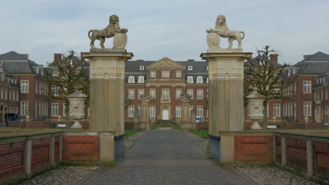 vídeos de stock e filmes b-roll de moated castle nordkirchen, muensterland, north rhine-westphalia, germany - vala