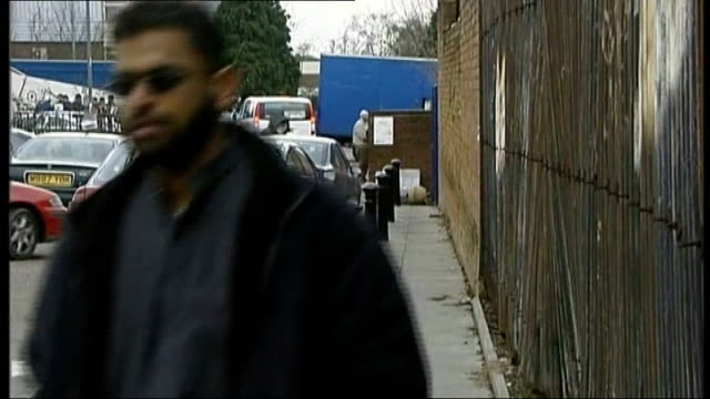 vídeos de stock, filmes e b-roll de moazzam begg arrested on suspicion of attending a terrorist training camp t10030646 / ext begg towards on pavement begg standing at car and chatting... - moazzam begg