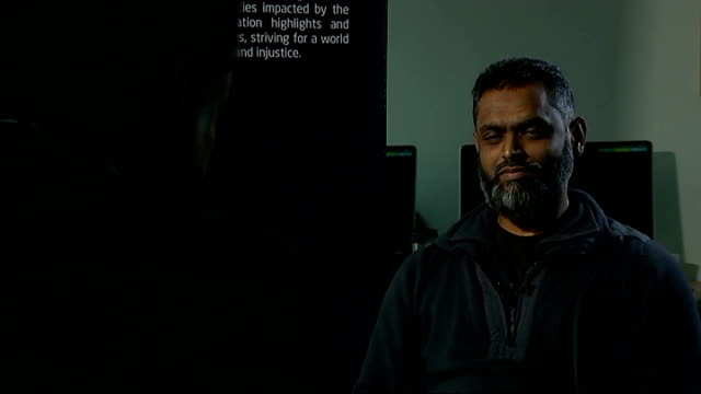 vídeos de stock, filmes e b-roll de moazzam begg claims he offered to help government secure release of british hostage alan henning int moazzam begg set up shot with reporter /... - moazzam begg