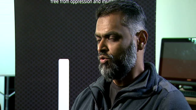 vídeos de stock, filmes e b-roll de moazzam begg claims he offered to help government secure release of british hostage alan henning england london int moazzam begg interview sot to... - moazzam begg