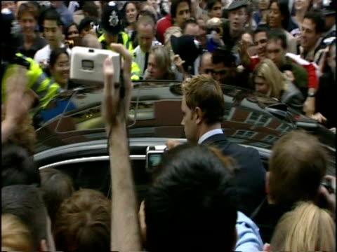 vídeos de stock, filmes e b-roll de mob of fans police paparazzi and security guards surround black limousine - rodeando