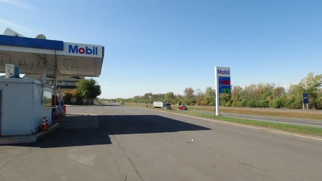 vídeos de stock e filmes b-roll de mobil gas station on an interstate in massachusetts amid the 2020 global coronavirus pandemic. - outdoor pursuit
