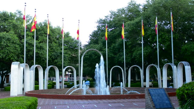 vídeos de stock e filmes b-roll de mobile alabama spanish plaza park downtown in the plaza de espana fountains and flags for memorial - estados da costa do golfo