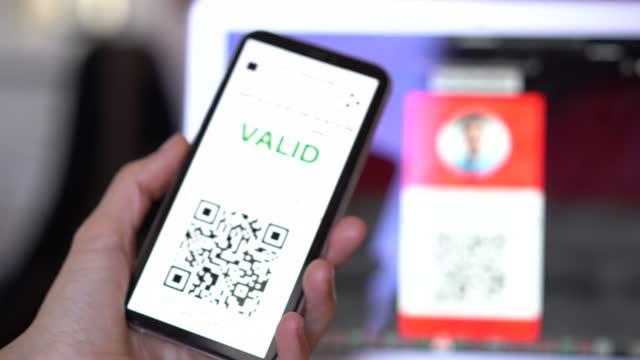 mobile app mit digitalem impfzertifikat gegen covid-19 und vorbereitung auf reisen - software stock-videos und b-roll-filmmaterial
