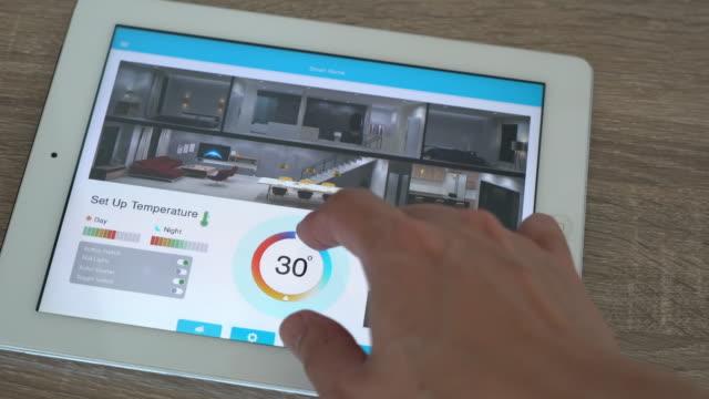 mobile anwendung für home-automation und smart-home-technologie - temperatureinstellung - haushaltsmaschine stock-videos und b-roll-filmmaterial