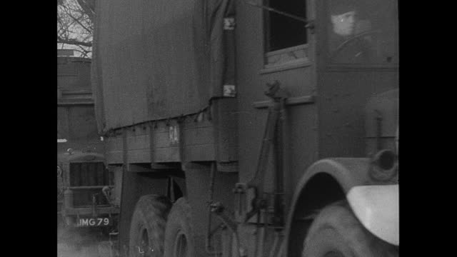 b/w mobile balloon squadron deploying around the forth bridge, trucks driving, passengers standing on running boards, wheels turning, and hand pointing at map / rosyth, scotland, united kingdom - fluss firth of forth stock-videos und b-roll-filmmaterial