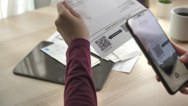 vidéos et rushes de paiement de facture mobile avec codes qr - financial bill