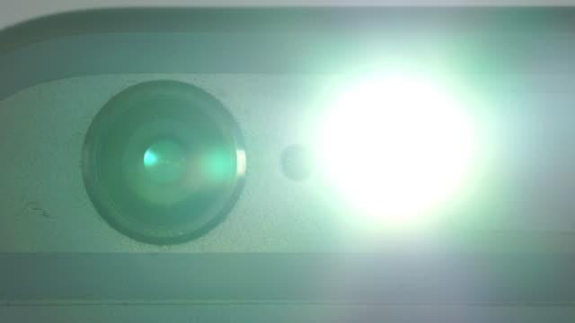 mobile kamera blitz - kamera blitzlicht stock-videos und b-roll-filmmaterial