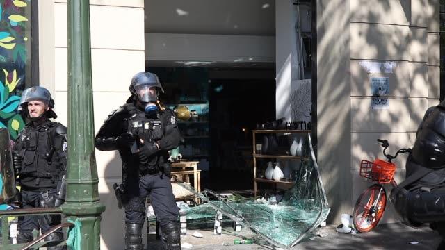 vídeos y material grabado en eventos de stock de mobile gendarmerie in front of a broken shop window - escaparate de tienda